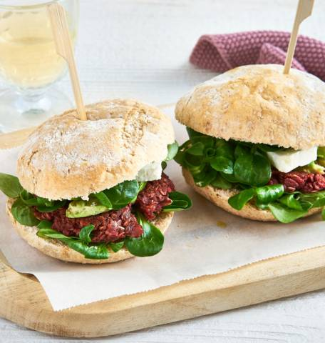 Rode bietenburger met avocado en feta