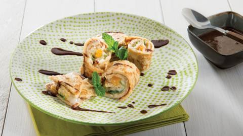 Sushi van pannenkoek met chocoladesaus