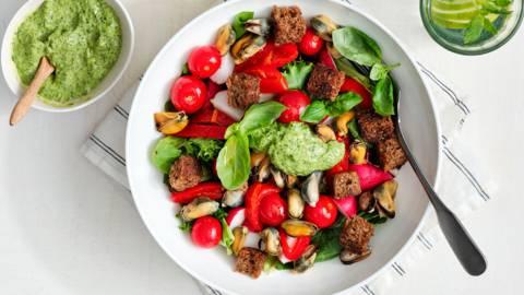 Zomersalade met mosseltjes en salsa verde