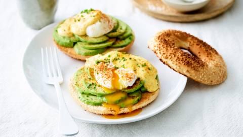 Eggs benedict op een broodje