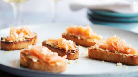 Toastjes met artisjokpuree en zalmcarpaccio