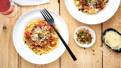 Spaghetti bolognese met crunchy topping