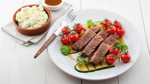 Gebraden Ierse rib eye met aardappelmousseline en gegrilde groenten
