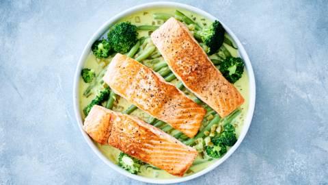 Romig eenpansgerecht met zalmfilet, prinsessenboontjes en broccoli