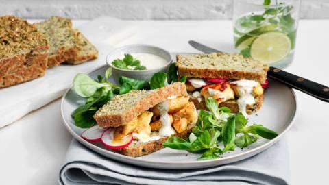 Broccolisandwich met kippenblokjes en plattekaassaus