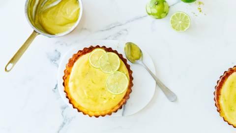 Limoen-kaastaartjes met dadel-notenbodem en lime curd