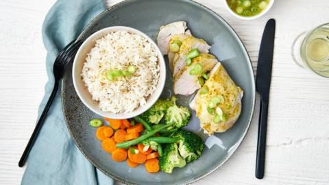 Gestoomde kip en groentjes met rijst