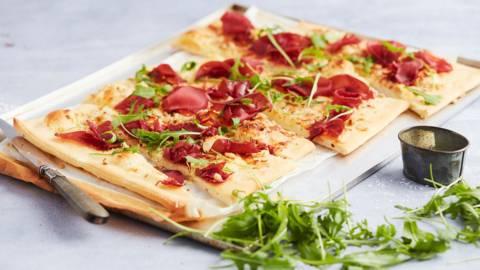 Pizza met mascarpone, truffel en bresaola