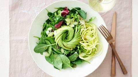 Groene salade met avocadoroos en walnotendressing