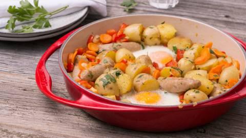 Pannetje van chipolata, aardappel en spiegelei