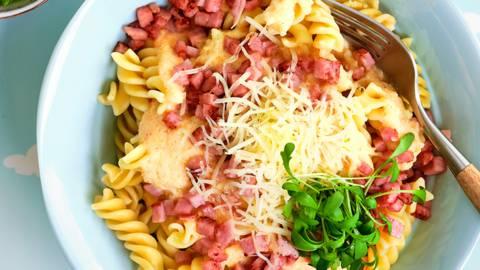 Pasta met bloemkool-wortelsaus, krokante hamblokjes en broccolikers