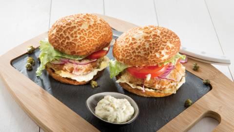 Zalmburger met gefrituurde kappertjes