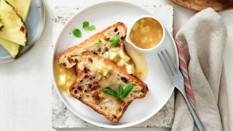 Rumcake met ananassaus