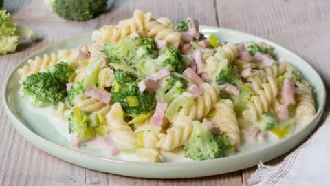 Macaroni met ham, kaas en groenten