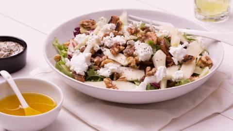 Salade met geitenkaas, vijg en peer