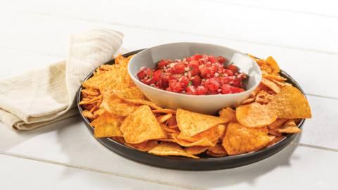 Pittige tomatensalsa met tortillachips