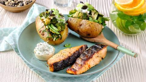 Gemarineerde zalmfilets met gepofte bbq-aardappelen