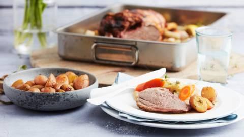 Gebraden lamsbout met groenten en krielaardappeltjes
