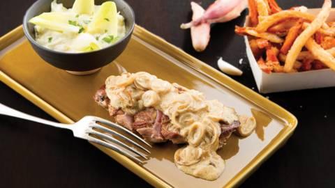 Parelhoen met een sjalot-mosterdsausje, witloofslaatje en frietjes van pastinaak