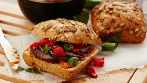 Broodje met gemarineerd hindegebraad en paprika