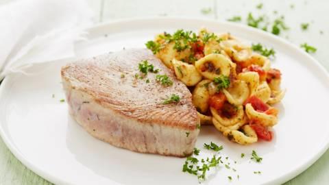 Tonijnsteak met orecchiette aglio e peperoncino