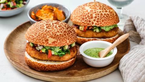 Kabeljauwburger met groentesalsa en zoete aardappelchips