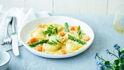 Pasta gevuld met garnalen en krab, groene aspergecrème en krokante rivierkreeftjes