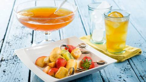 Home made ice-tea met fruitbrochette