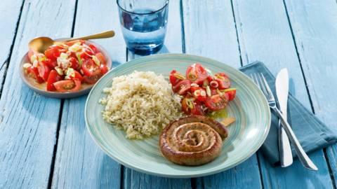 Chipolata met gebakken rijst en tomatensalade