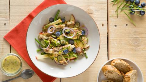 Salade van sperziebonen en makreel met zachte mosterd-notenvinaigrette