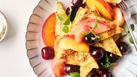 Verloren brood met warme vruchten en mascarpone