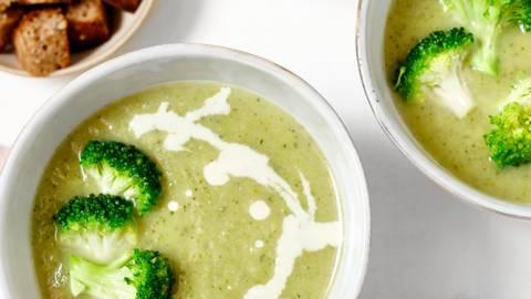 Broccolisoep met gorgonzolaroom en croutons