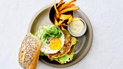 Bloemkool-broccoliburger met zoete-aardappelfrietjes