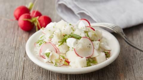 Salade van koolrabi en radijs met rijst en geitenkaas