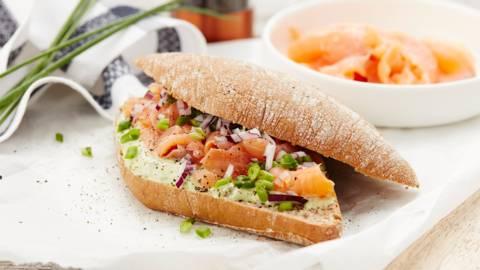 Broodje met gemarineerde zalm, avocado en zure room
