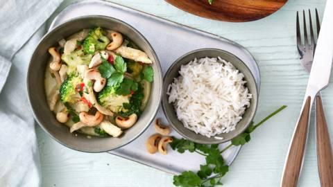 Wok met varkensvlees, broccoli en kokossausje