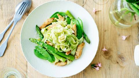 Pastasalade met kip, groene asperges, peultjes en peterselie-rucolapesto