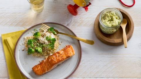 Quinoa met gebakken zalm, ricotta en broccoli