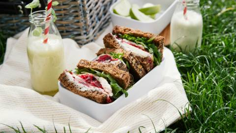 Zweedse boterham met gerookte forel, rode bietensla en appel