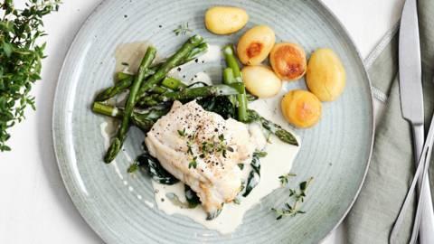 Gebakken kabeljauw met asperges, krieltjes en witte wijnsaus