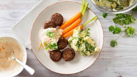 Falafel met gestoomde worteltjes en rucolapuree