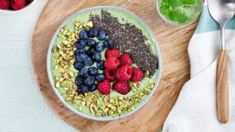Groene smoothiebowl met quinoa en chiazaad