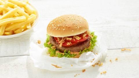 Homemade hamburger met frietjes
