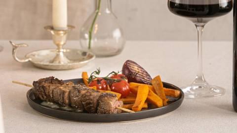 Saté van balsamico-beef met roquefort boter en gegrilde groenten