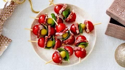 Spiesje van kerstomaat en salami