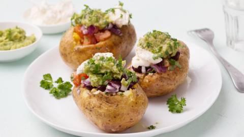 Gepofte aardappelen op z'n Mexicaans