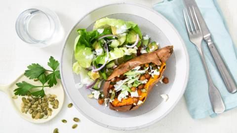 Gepofte zoete aardappel met kikkererwten en salade