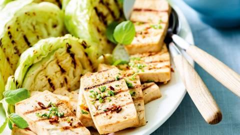 In bier gemarineerde tofu met witte kool en aardappelsla