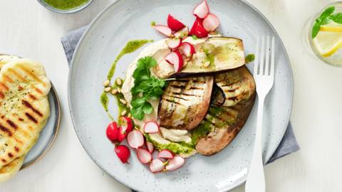 Ovengebakken aubergine met hummus, gepekelde radijzen en flatbread