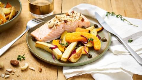 Sheetpan van zalm met notenkorst, ovengeroosterde groenten en een vinaigrette van kappertjes en citroen